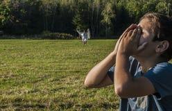 Молодой мальчик горюет над зрением его мертвой матери Стоковое фото RF
