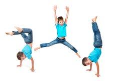 Молодой мальчик делая handstand стоковые изображения