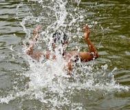 Молодой мальчик купает внутри фотоснимок воды пруда стоковое фото rf