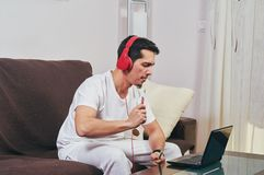 Молодой мальчик наслаждается слушать музыку стоковое изображение