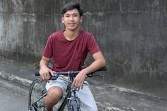 Молодой мальчик на велосипеде стоковая фотография