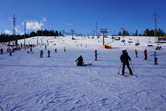 Молодой мальчик на подъеме лыжи на наклон Bania Стоковые Изображения RF