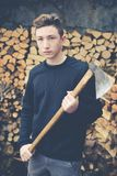 Молодой мальчик подготавливает швырок с осью Стоковые Изображения RF