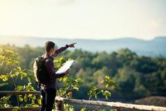 Молодой мальчик по мере того как он читает карту, путешествуя самостоятельно - образ жизни Стоковые Изображения RF
