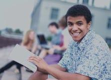 Молодой мальчик сидя с друзьями Стоковое фото RF
