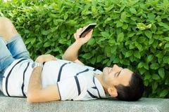 Молодой мальчик со смартфоном стоковая фотография rf
