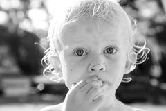 Молодой мальчик с большими глазами стоковое изображение