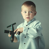 Молодой мальчик с деревянным самолетом Стоковые Фото