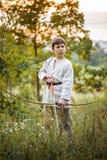 Молодой мальчик с смычком стоковые фотографии rf