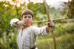 Молодой мальчик с смычком стоковое фото rf