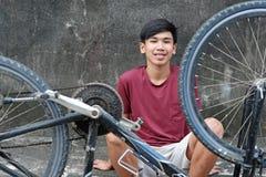 Молодой мальчик с старым велосипедом стоковые фотографии rf
