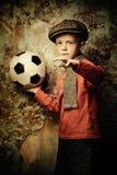 молодой мальчик с футболом стоковая фотография