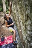 Молодой мальчик bouldering на открытом воздухе далекое владение стоковые изображения rf