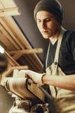 Молодой мастер работая с древесиной стоковые фотографии rf