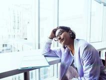 Молодой милый студент девушки битника сидя в кафе с re тетради Стоковая Фотография