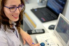 Молодой милый optician optometrist офтальмолога женщины проверяя остроконечность глаз визуальную стоковые фото