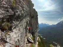 Молодой мужской альпинист на a через Ferrata в доломитах стоковые изображения