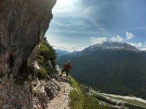 Молодой мужской альпинист на a через Ferrata в доломитах стоковые фотографии rf
