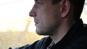 Молодой мужской водитель управляя автомобилем в лучах яркого солнца пропуская через деревья HD, 1920x1080 движение медленное акции видеоматериалы