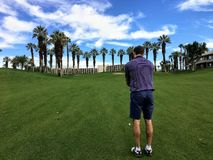 Молодой мужской игрок в гольф выравнивая вверх его выстрел при подходе от середины прохода на равенстве 4 на поле для гольфа в Pa стоковые изображения rf