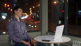 Молодой мужской менеджер клянется на ноутбуке Оно замерзало и не работающ сток-видео