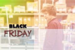 Молодой мужской подросток в магазине с тонизированной магазинной тележкаой и идеей проекта f текста стоковое фото rf