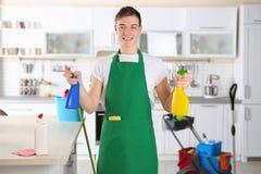 Молодой мужской уборщик на работе стоковые изображения rf