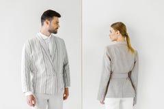 молодой мужчина и женские модели в винтажных одеждах смотря один другого стоковое изображение rf