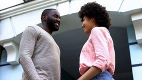 Молодой мужчина смотря девушку, романтичную дату в городе, чувствуя привязанность стоковые фото