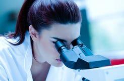 Молодой научный работник используя микроскоп Стоковые Изображения RF