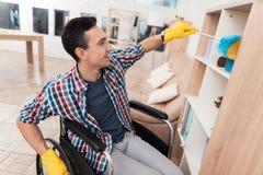 Молодой неработающий человек очищает дома Стоковая Фотография RF