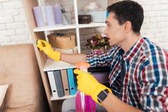 Молодой неработающий человек очищает дома Стоковые Фотографии RF