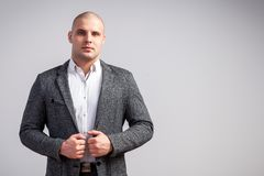 Молодой облыселый человек в костюме стоковая фотография