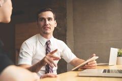 Молодой обсуждать бизнесмена и коммерсантки Стоковое Фото