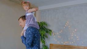 Молодой отец закручивая его счастливую дочь видеоматериал