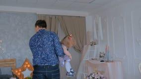 Молодой отец закручивая его счастливую дочь сток-видео