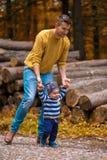 Молодой отец идет в древесины с мальчиком Стоковое Изображение RF