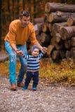 Молодой отец идет в древесины с мальчиком Стоковое Фото