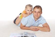 Молодой отец тратит время с его дочью стоковые фотографии rf