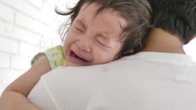 Молодой отец успокаивает плача маленького младенца дома в спальне видеоматериал