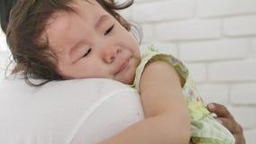 Молодой отец успокаивает плача маленького младенца дома в спальне сток-видео