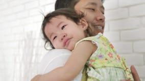 Молодой отец успокаивает плача маленького младенца дома в спальне акции видеоматериалы