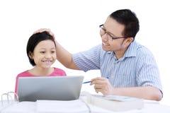 Молодой отец хваля его дочь на студии стоковые фотографии rf