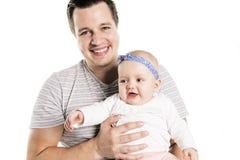 Молодой папа наслаждается временем с его childgirl в предпосылке студии белой стоковые фото