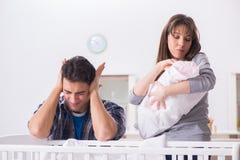 Молодой папа не может стоять плакать младенца стоковая фотография rf