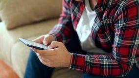 Молодой парень используя мобильный телефон видеоматериал