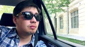Молодой парень наслаждаясь взглядом, Азербайджаном, Баку видеоматериал