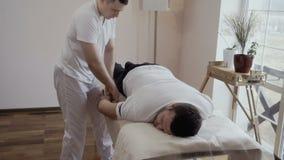 Молодой парень на приеме ` s masseur акции видеоматериалы