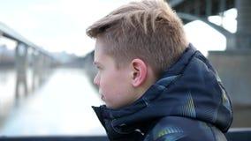 Молодой парень приниманнсяые за спорт в природе Утро идя outdoors в парк акции видеоматериалы