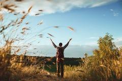 Молодой парень с рюкзаком в поле стоковое фото rf